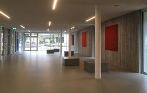 Beton-Sitzkuben im Eingangsbereich Schule