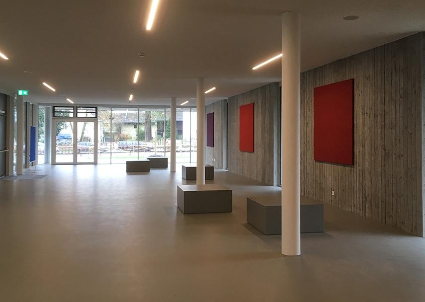 Beton-Sitzkuben im Eingangsbereich