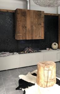 Kreafeuer Kamin mit Holzverkleidung und Betonverkleidung