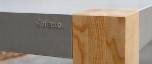 Betontisch mit Holztischbeinen