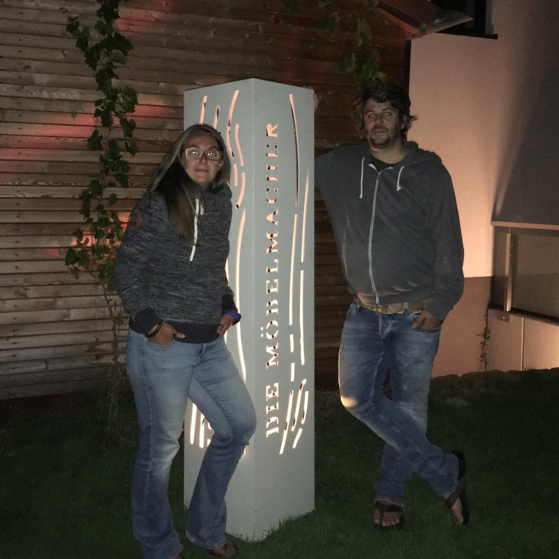 die möbelmacher neben der neuen Beton-Lichtsäule
